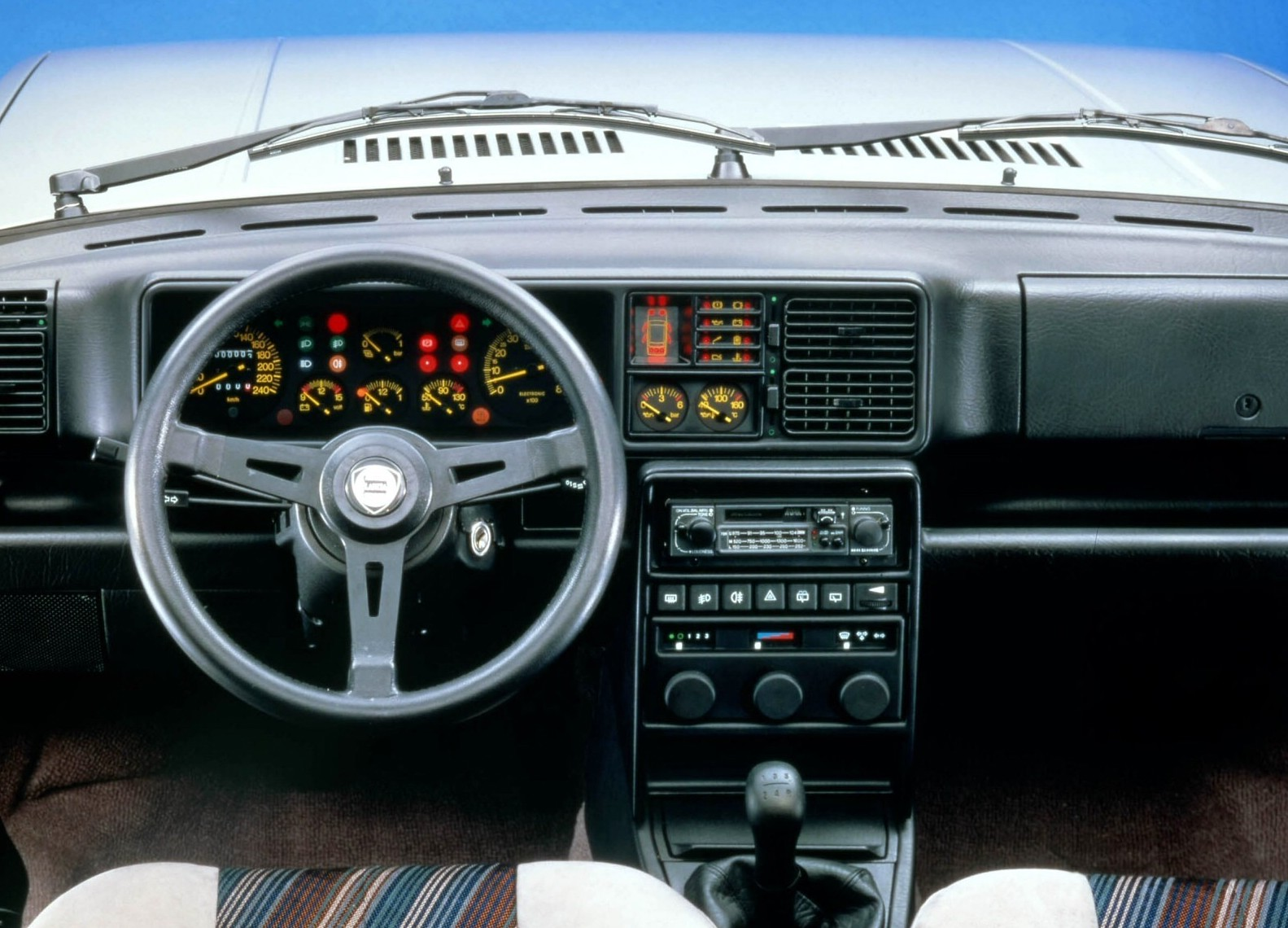 Lancia Delta HF Turbo 4WD interior